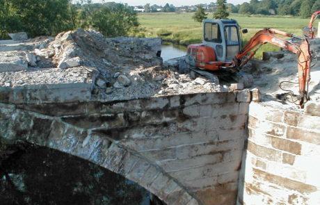 Um die Fahrbahn verbreitern zu können, musste das Sandsteinmauerwerk bis auf die Gewölbebögen abgetragen werden.