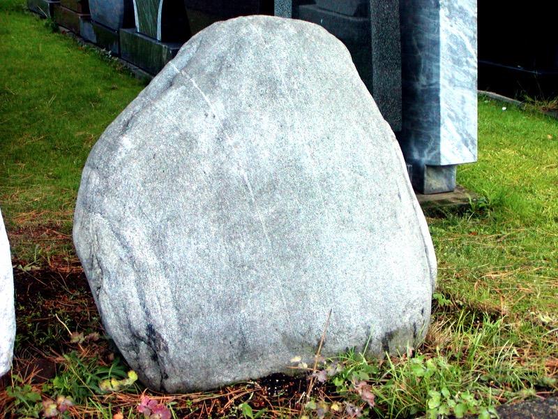 Findling Naturstein Steinmetz Czaikowski Granit Grabmale Gedenksteine